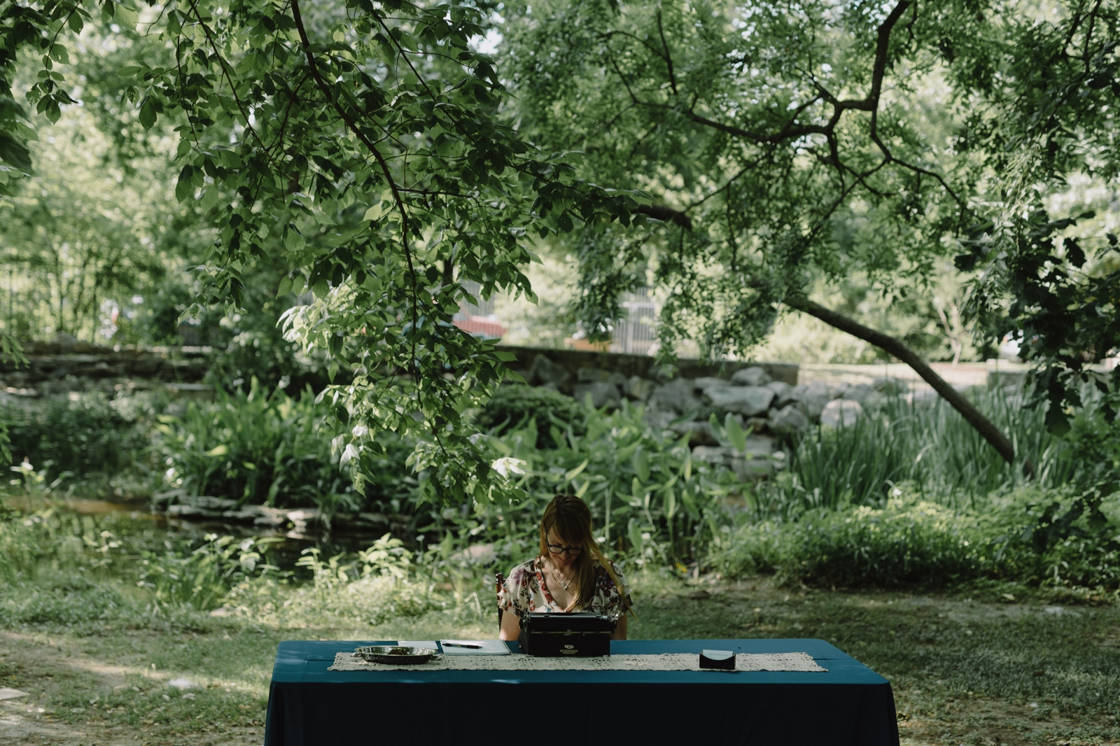 Jena Kirkpatrick writing poems for hire at an Austin wedding at the Umlauf Sculpture Garden